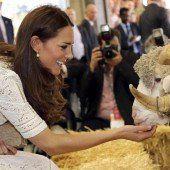 Kate punktet mit ihrem Kleid und foppt William