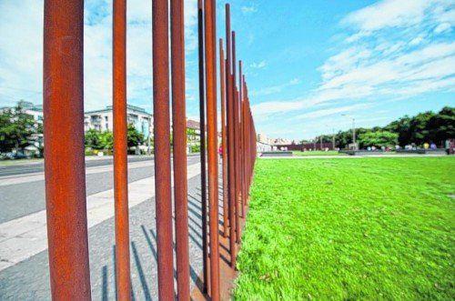 Beidseits der Bernauer Straße erstreckt sich die Gedenkstätte an die Berliner Mauer mit einer Außenausstellung. Foto: beate rhomberg