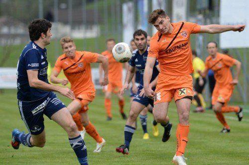 Bild zeigt Michael Kriegner (FC Andelsbuch) und Rene Fink (FC Bizau).