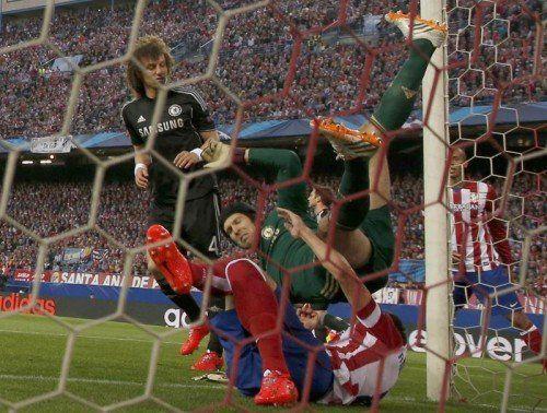 Chelsea-Torhüter Petr Cech musste nach dem Zusammenprall mit Atléticos Raúl Garcia ausgewechselt werden. Beim Tschechen wird eine schwere Schulterverletzung befürchtet. Foto: Reuters