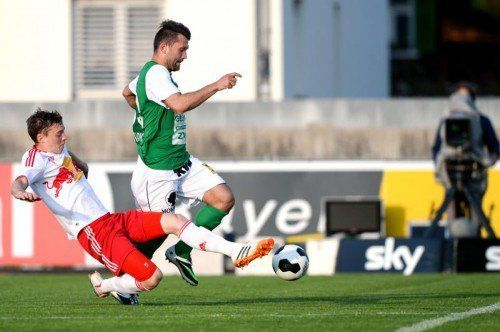 Dario Tadic (r.), der gegen Liefering seine Tore fünf und sechs im Austria-Dress erzielte, ist von Robert Völkl nicht zu stoppen. Foto: gepa