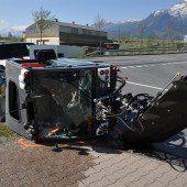 Straßenkehrmaschine kippte um: zwei Verletzte