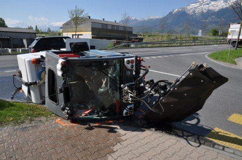 Das Fahrzeug kippte während des Abbiegens um.  Foto: Polizei