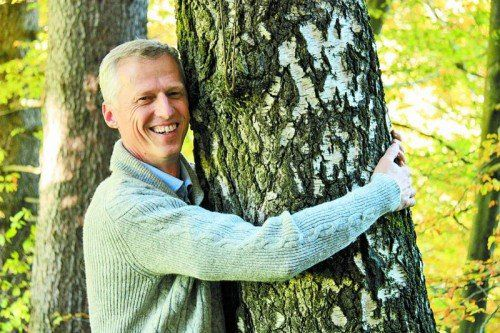 Das ist wahre Naturliebe: Erwin Thoma könnte sich ein Leben ohne Holz nicht vorstellen.  Foto: verlag