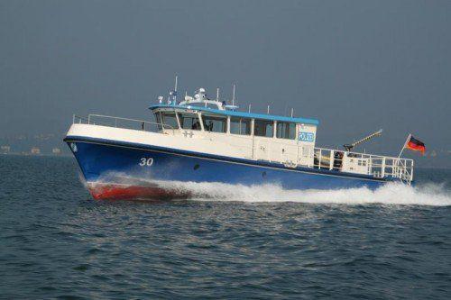 Polizeiboot Hecht schleppte den Harder in den Hafen.  Foto: Polizei