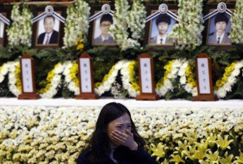 """Denkmal für die Opfer der """"Sewol"""". Trauernde versammelten sich am Wochenende, um Anteil zu nehmen.  Foto: Reuters"""