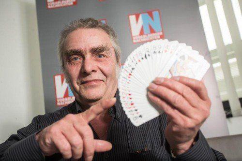 Der Magier Ferdinand Lampert bezaubert sein Publikum mit Tieren und Kartentricks.  FOTO: STEURER