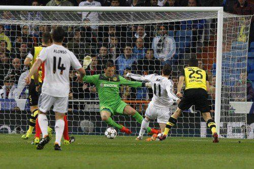 Der Waliser Gareth Bale (Zweiter von rechts) überlistet Dortmunds Roman Weidenfeller (Mitte) und erzielt das frühe 1:0 für Real Madrid. Foto: epa