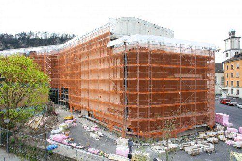 Derzeit wird an der Fassade des neuen Montforthauses gearbeitet. Aber auch im Inneren des Gebäudes geht es flott voran.  Foto: Hofmeister
