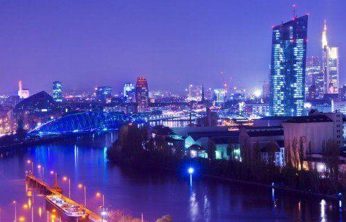 Die Bankenskyline von Frankfurt am Main mit dem Neubau der Europäischen Zentralbank (EZB – r.).  Foto: DPA