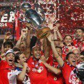 Die Benfica-Spieler feiern den Titelgewinn, in der Mitte der Kapitän, der Brasilianer Luisao. Foto: ap