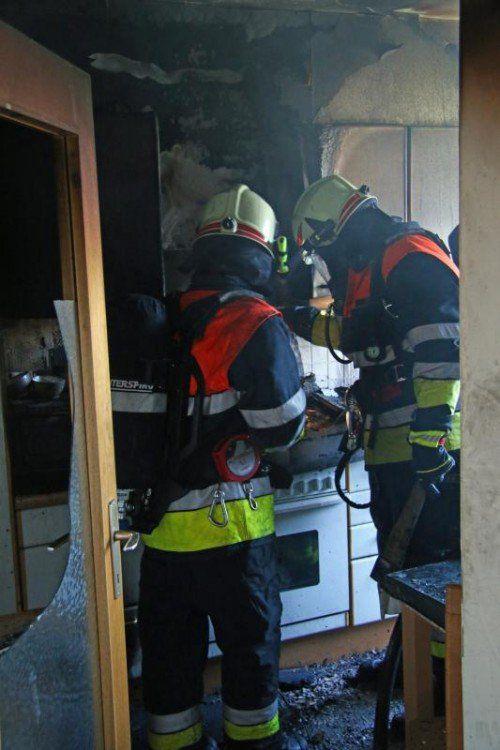Die Feuerwehr konnte den Brandherd in der Küche rasch eindämmen, Problem war die starke Rauchentwicklung. Foto: VOL.AT/Pletsch