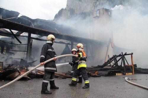 Die Lager- und Produktionshalle wurde komplett zerstört.  Fotos: vol.at/M. Rauch, Leserreporter