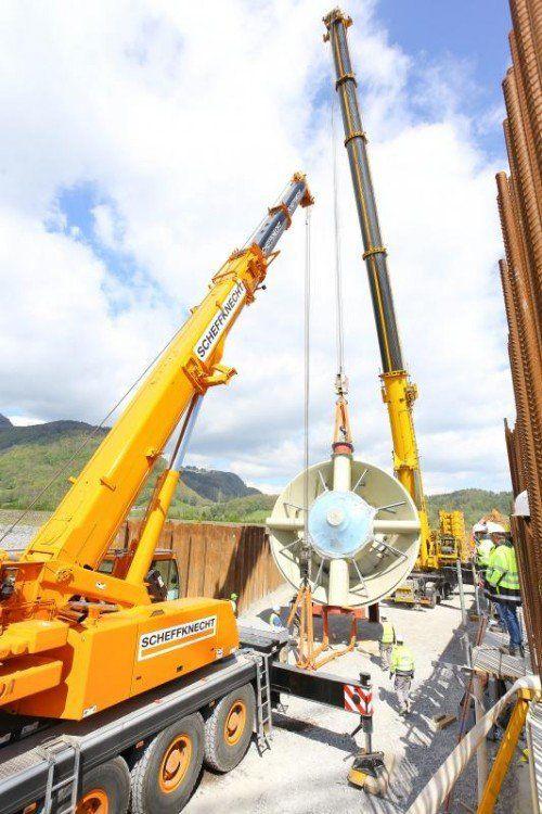 Die Turbinen wurden mittels 100-Tonnen-Kran in die vorgesehene Position gehoben.  Foto: VN/Hofmeister