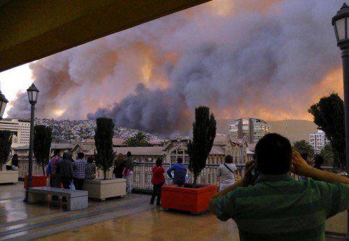 Die Ursache des Feuers, das in den Hügeln nahe der Stadt ausgebrochen ist, ist bis dato ungeklärt. Foto: Reuters