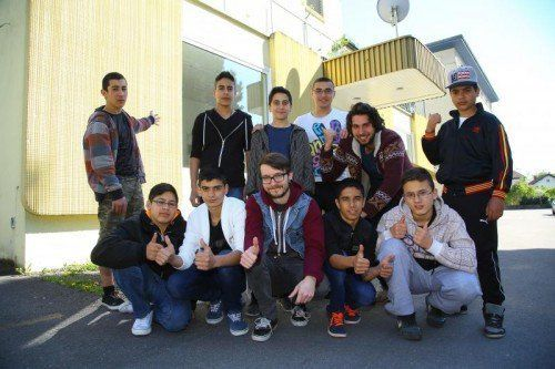 Jugendliche vor den neuen Räumlichkeiten in der Maria-Theresien-Straße. Im Oktober wird voraussichtlich eröffnet. Fotos: VN, Lustenau