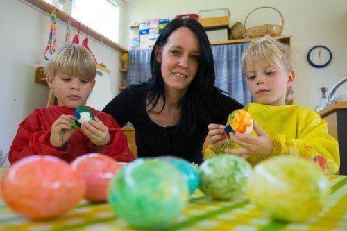 Eier anmalen mit ihren Schützlingen: Das macht auch Judith Siegl Spaß. Foto: vn/hartinger