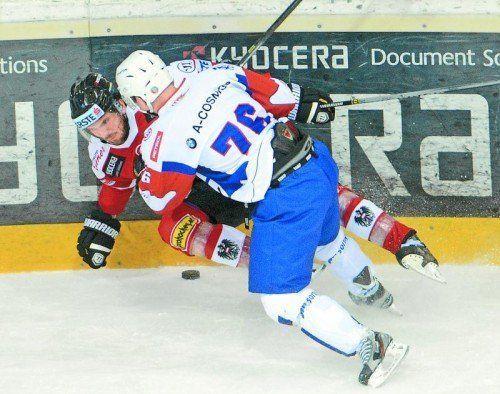 Ein intensiver Zweikampf: Benjamin Petrik und Ken Ograjensek. Foto: apa