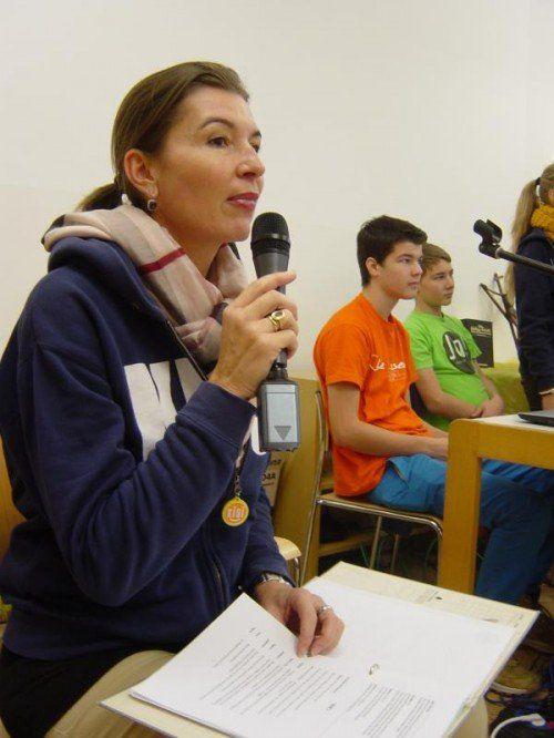 """Elisabeth Röthlin mit den """"Kisi-Kids"""" bei den regelmäßigen Proben im Hörbranzer Salvatorkolleg.  Foto: VN/Sohm"""