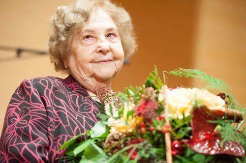 """Über 30 Jahre lang war Elly Böhler (86) das Herz von """"Ma hilft"""". Bei der großen Gala im Dezember 2013 erhielt sie das Goldene Verdienstzeichen."""