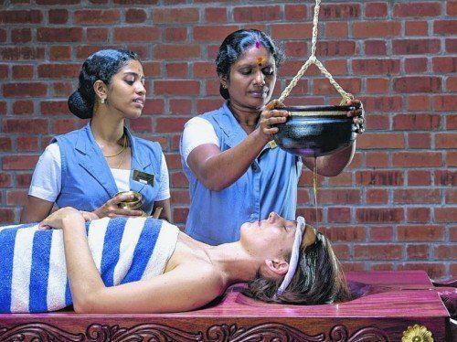 Entspannung pur beim Stirnguss: Langsam lassen Therapeutinnen erwärmtes Öl über die Stirn fließen. Foto: anta karana