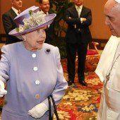 Königin Elisabeth II. trifft erstmals Papst Franziskus