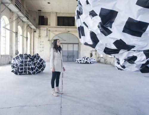 """Esther Stocker untersucht mit der Installation """"Zweifel an der Geraden"""" Bedingungen der Wahrnehmung. Foto: VN/Rhomberg"""