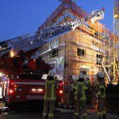 Bretter auf Baustelle fingen Feuer