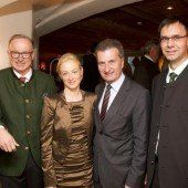 Gastgeber mit EU-Kommissar: Ludwig Muxel und Frederike D. Beyer mit Günther Oettinger und LH Markus Wallner.  Fotos: VN/Paulitsch