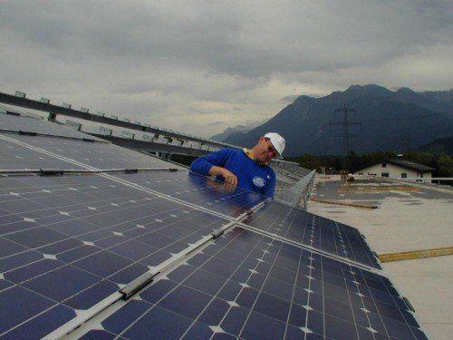 Immer mehr Vorarlberger versorgen ihre Betriebe und Wohnhäuser durch ein eigenes Sonnenkraftwerk.  FOTO: VN/HECHENBERGER