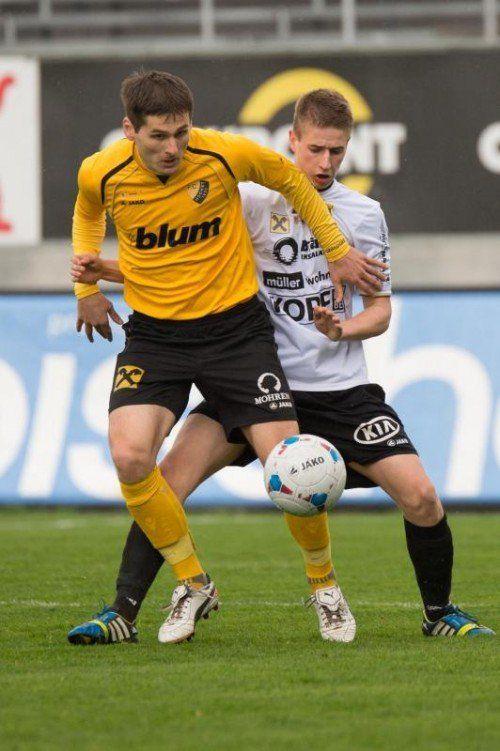Hart umkämpft war das Ländle-Derby in der Regionalliga West. Im Bild Samir Karahasanovic (l.) und Maximilian Nussbaumer (r.).