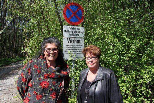 """Ilse Rüdisser und Brigitte Fleisch kämpfen um """"ihren"""" Parkplatz am Hohenemser Waibelloch.  Foto: Schwendinger"""