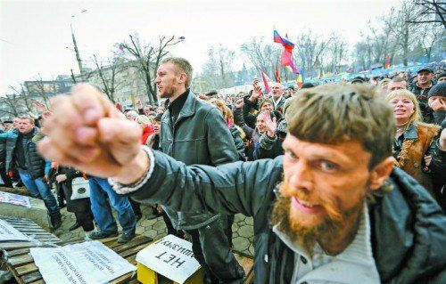 Im Osten der Ukraine spitzt sich die Lage zu: Prorussische Demonstranten fordern in Luhansk ein Referendum über den Anschluss an Moskau. Foto: RTS