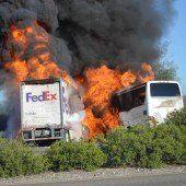 Lastwagen kracht gegen Bus: Zehn Tote