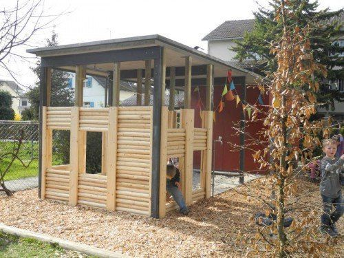 Integra-Mitarbeiter errichteten das neue Spielhaus.