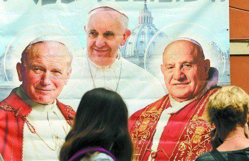 Johannes Paul II. (l.) heilte nach der Seligsprechung eine todkranke Frau. Johannes XXIII. (r.) wird kein zweites Wunder nachgesagt. Foto: RTS