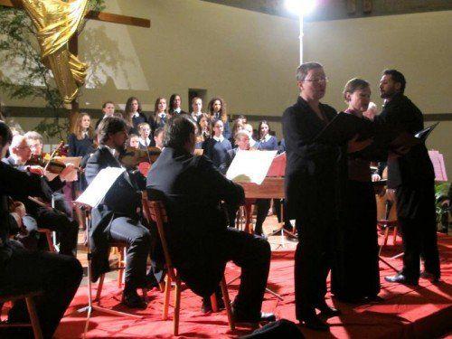 Kammerorchester Arpeggione mit Solisten und dem Schulchor des Sacré Coeur Riedenburg.  Foto: JU