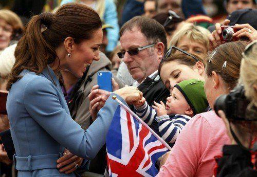Kate schüttelte während des halbstündigen Rundgangs zahlreiche Hände und wurde mit Geschenken überhäuft. Fotos: reuters