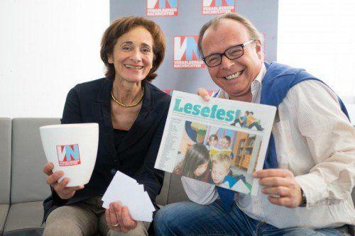 Landesrätin Bernadette Mennel und VN-Redakteur Thomas Matt zogen die Lose aus mehr als 80 beteiligten Schulen.  Foto: VN/Hartinger