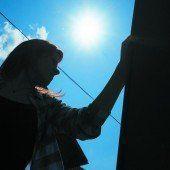 Lisa N. an der Bushaltestelle, wo sie Opfer eines gewaltsamen Übergriffs wurde.  Foto: VN/Hartinger