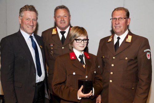 LR Erich Schwärzler (l.) sowie Bertram Leitner und Sara Schmid mit Landesfeuerwehrinspektor Hubert Vetter. Fotos: Feuerwehr/Mathis