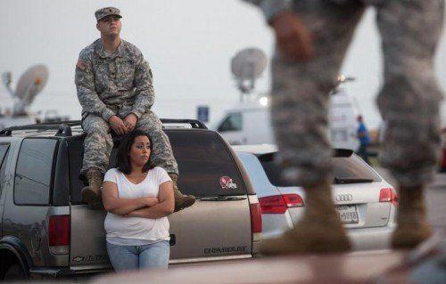 Lucy Hamlin und ihr Ehemann warten auf die Erlaubnis, auf den Stützpunkt zurückkehren zu dürfen. Foto: Reuters