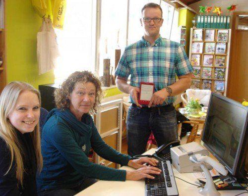 Melanie Hoffmann und Belinda Polajner von der Landesbüchereistelle mit Roman Dörn, Vizebürgermeister von Schlins.