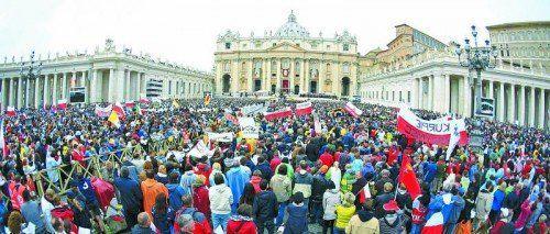 Menschenmassen: Allein 500.000 hätten rund um den Petersplatz die Messe verfolgt, berichtet der Vatikan. Foto: Reuters
