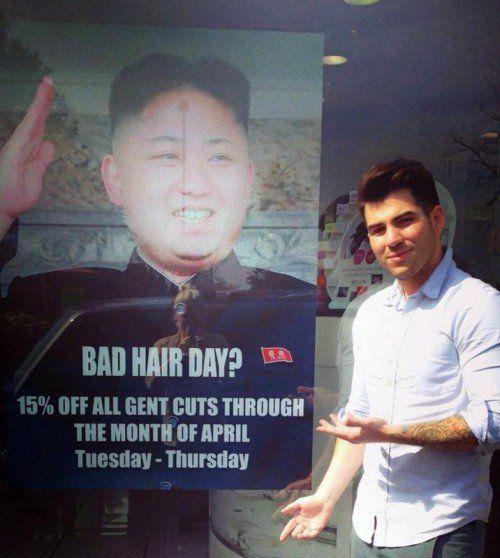 Mit diesem Plakat hat sich ein Friseur Ärger eingehandelt. AP