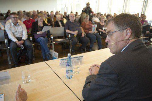 Nach dem Vortrag stand Dr. Reinhard Würzner dem Publikum noch mehr als eine Stunde Rede und Antwort.  Fotos: VN/Hartinger