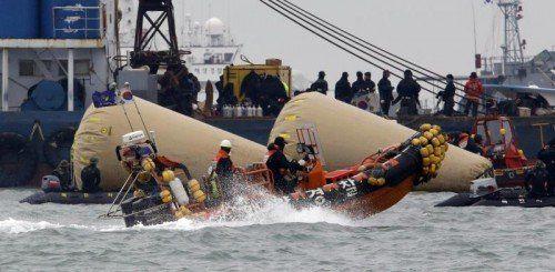 Nach der Fährenkatastrophe in Südkorea wird noch immer nach rund 190 Vermissten gesucht. Foto: AP