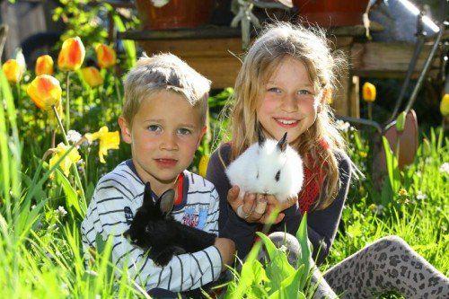 """Nico (5) und Emily (9) aus Bildstein haben ihre ganz persönlichen """"Osterhäschen"""" längst gefunden. Hoffentlich bringen sie für die Nest-Suche etwas Wetterglück.  Foto: VN/Hofmeister"""