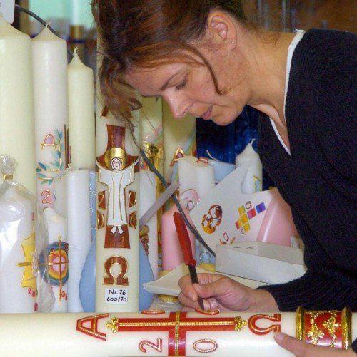 Osterkerzen werden kunstvoll verziert. Foto: APA