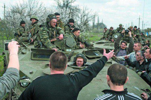 Prorussische Separatisten blockierten gestern die Zufahrt ukrainischer Panzer, die sich in der Stadt Kramatorsk in Stellung bringen wollten. Foto: AP